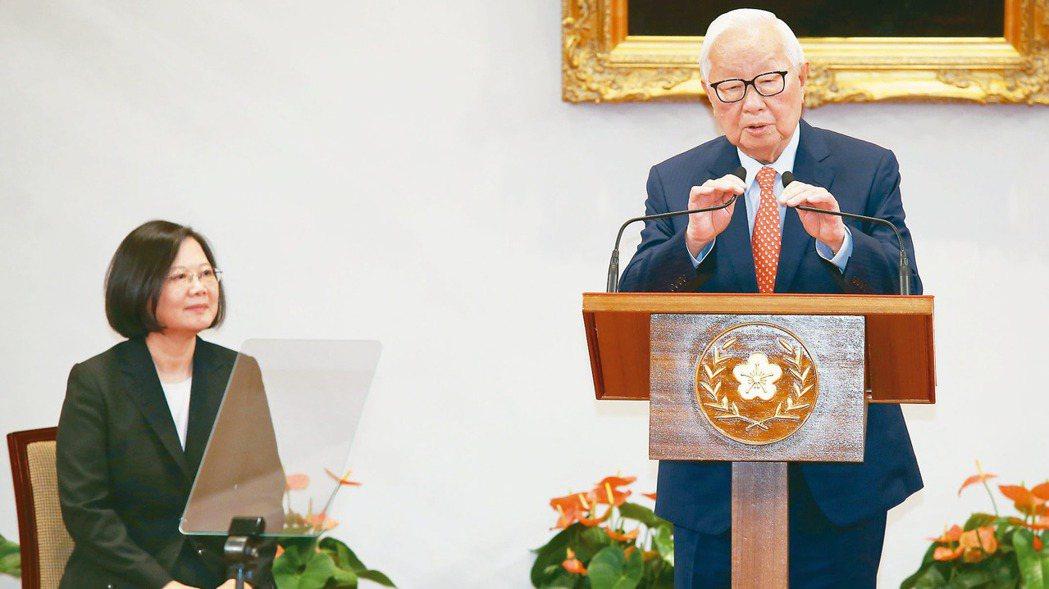 蔡英文總統(左)去年召開記者會親自宣布,由台積電創辦人張忠謀(右)擔任2018年...