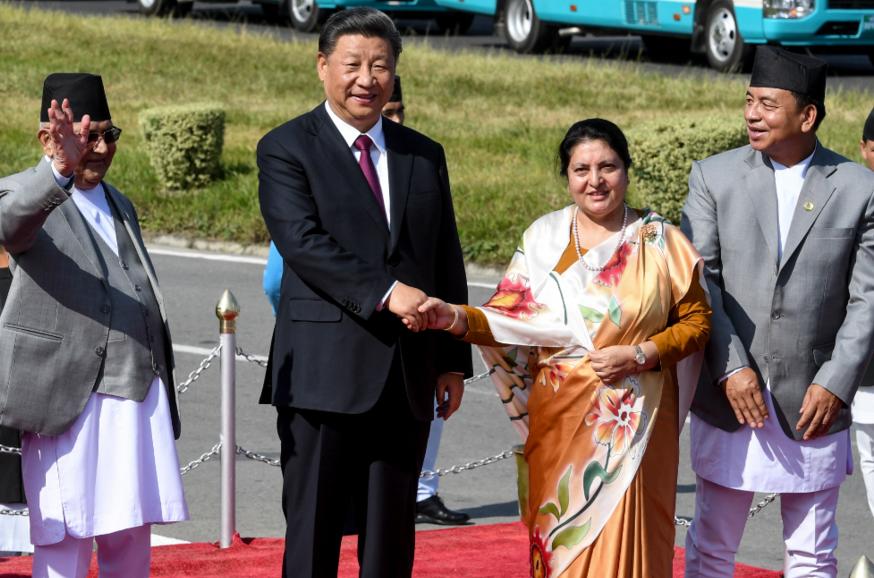 習近平12日抵達尼泊爾訪問兩天,簽署包括興建中尼鐵路和隧道等20項協定。 美聯社