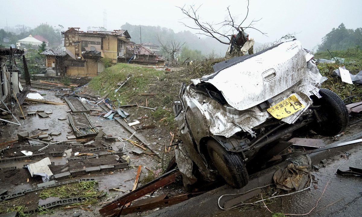 千葉縣市原市的強風中,一輛損壞的汽車停在地面上。美聯社