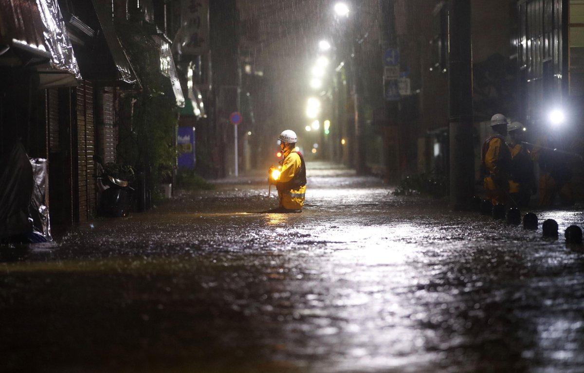 洪水淹沒的東京街道。美聯社