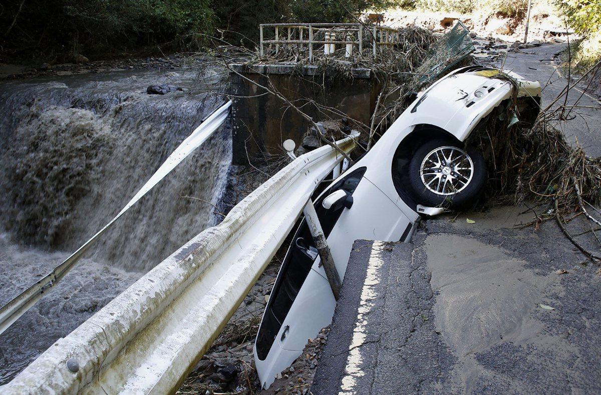 日本北部宮城縣角田市道路倒塌,車子驚險從路上掉落。美聯社