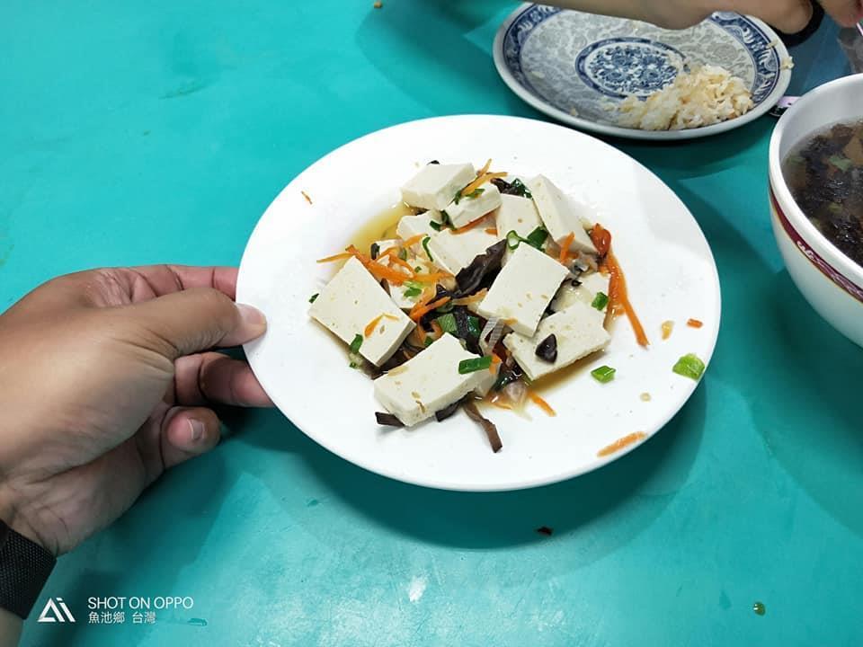 網友點了一盤紅燒豆腐,卻送上一盤白淨豆腐。圖片來源/臉書
