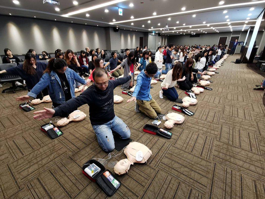 全球人壽舉辦職場CPR+AED訓練課程,採一人一機實地演練,同仁參與率將近8成,...