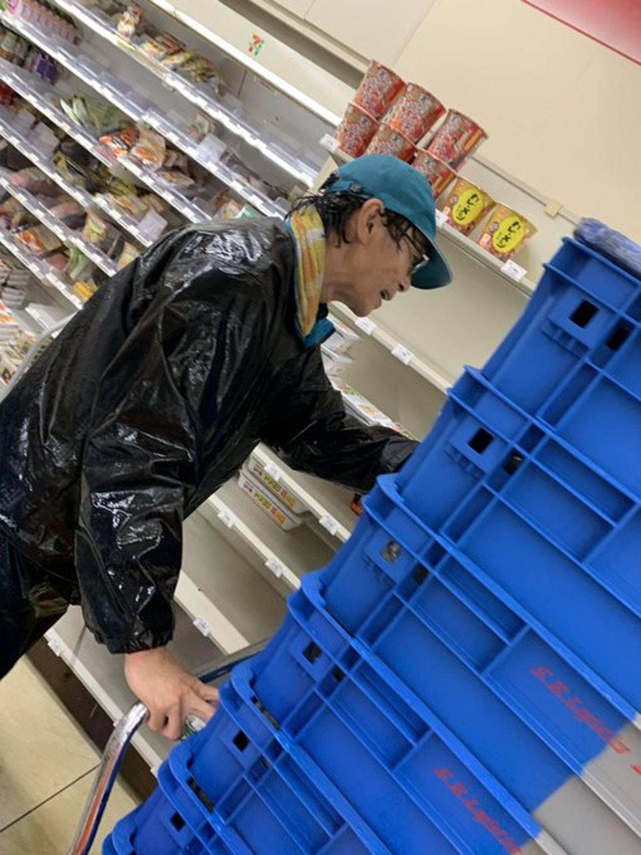 樓主表示光顧住所附近一間7-11便利店,但發現店內所有食品都被清空,正當非常無助...