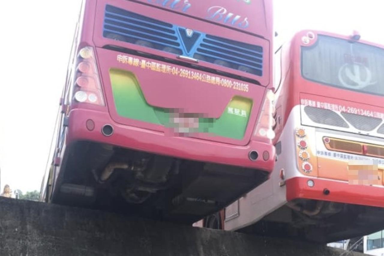 遊覽車車尾懸空,網友怕翻車。圖片來源/爆怨公社