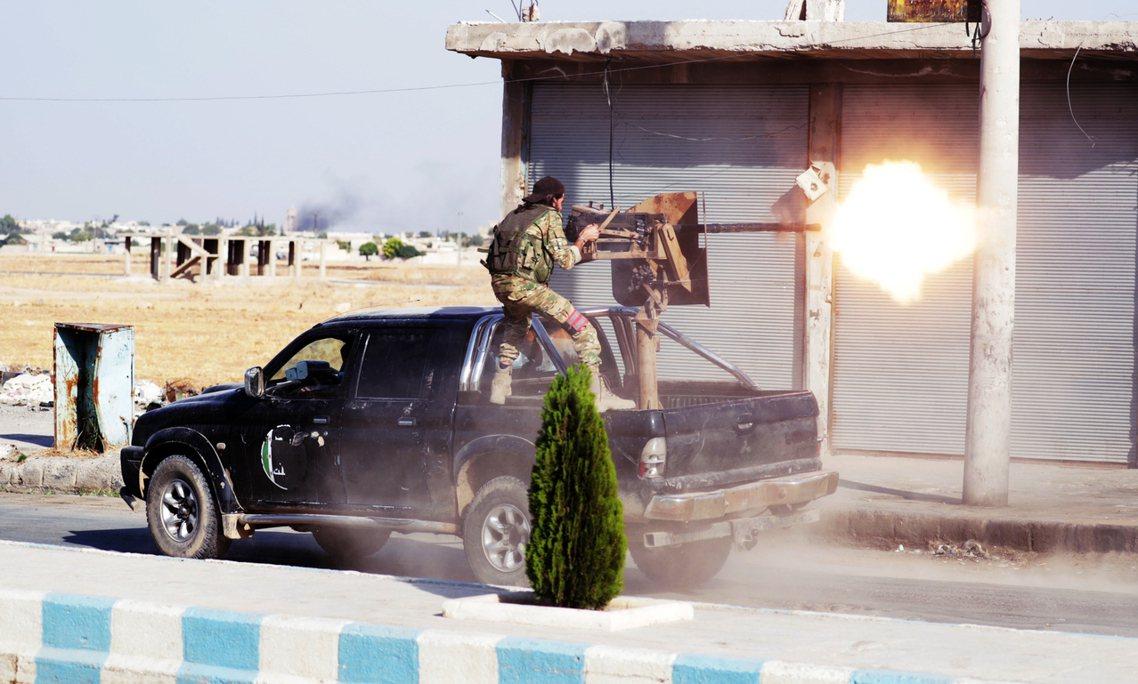 10月中旬,敘北的敘利亞反抗軍。 圖/路透社