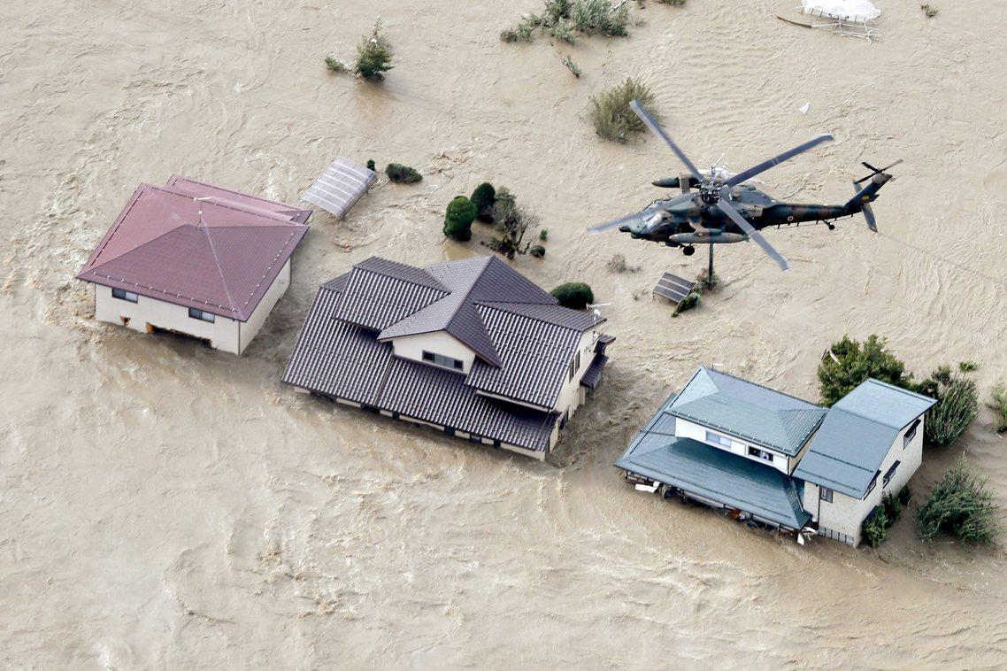 強烈雨勢造成河川暴漲,根據日本國土交通省截至13日晚間的統計,總共有21條河川潰...