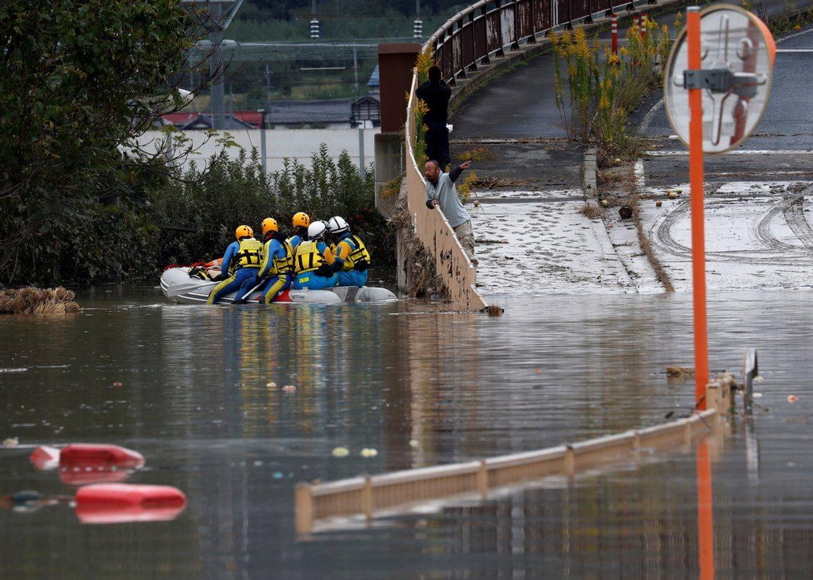 在急速暴雨之下,千曲川70公尺高的堤防潰堤,讓周邊的長野市與千曲市等住宅區大規模...