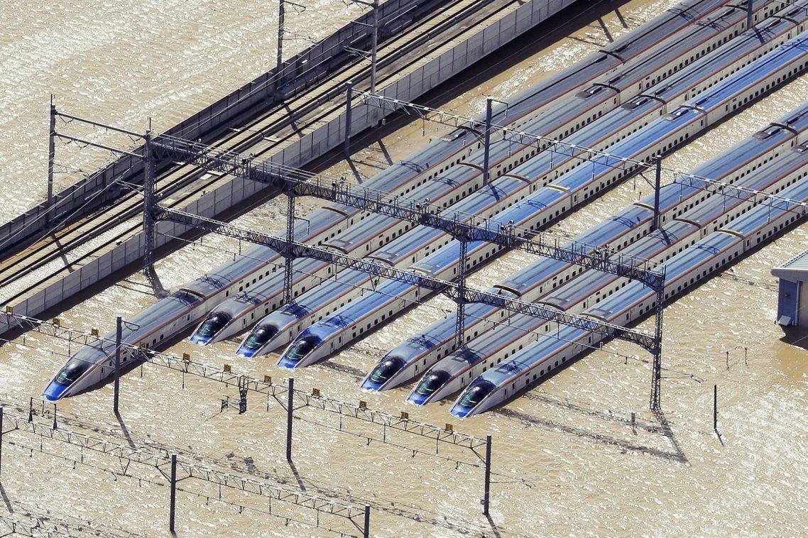 北陸新幹線位於長野的整備基地也因為潰堤氾濫而幾乎報銷,基地內的E7系和W7系新幹...