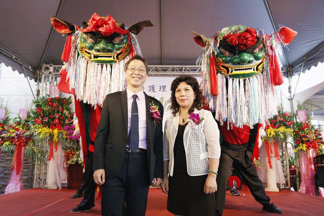 藍田貝兒產後護理之家執行長吳震世醫師(左)和總經理李碧雲合影。 業者/提供