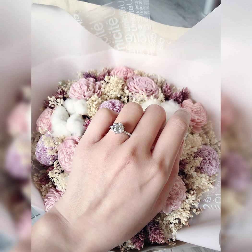 林佩瑤宣布婚訊,分享婚紗照。 圖/擷自林佩瑤臉書