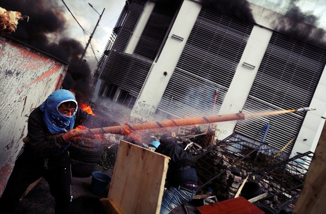 示威者的自製火箭砲。 圖/路透社
