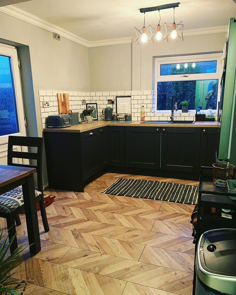 有網友表示自己的老公只花40英鎊(約1520元台幣)就把家裡的廚房裝潢的美輪美奐...