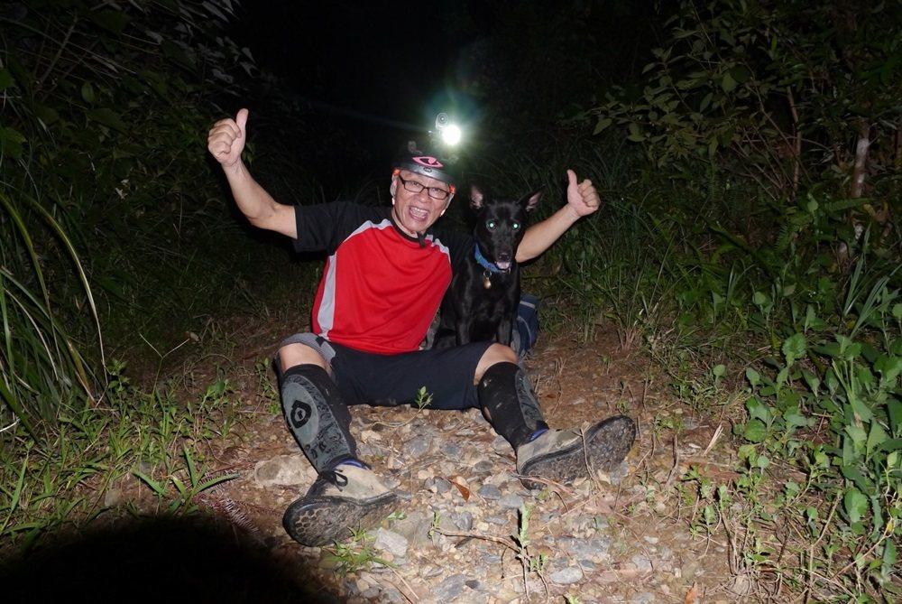 一個人享受夜騎的樂趣,林應月有貼心的黑狗兒相伴。 圖/林應月提供