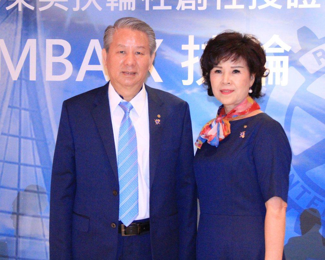 台中東英扶輪社創社長施議煙(左)及夫人黃碧雲(右)。 戴辰/攝影