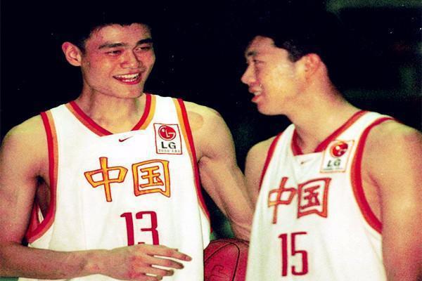 姚明(左)與王治郅當年都是大陸籃球明星球員,都打過NBA。圖/擷自每日頭條
