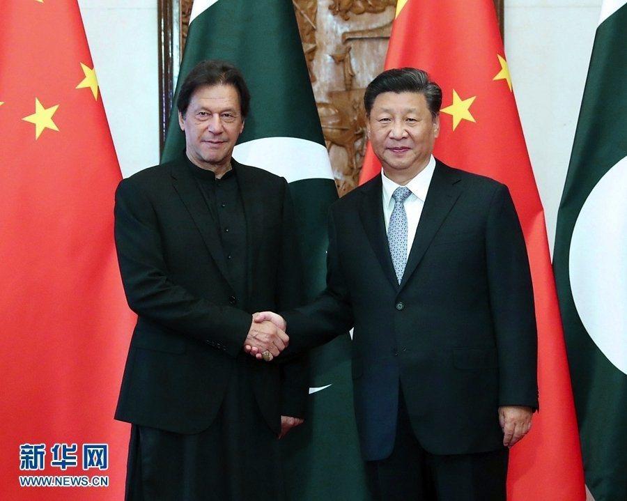大陸國家主席習近平(右)在9日會見巴基斯坦總理伊姆蘭,會面時談到建政70周年的「...