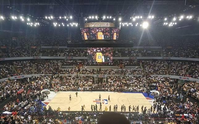不少大陸網民揚言要抵制12日於深圳舉行的NBA第二場熱身賽,不過現場座無虛席。圖...