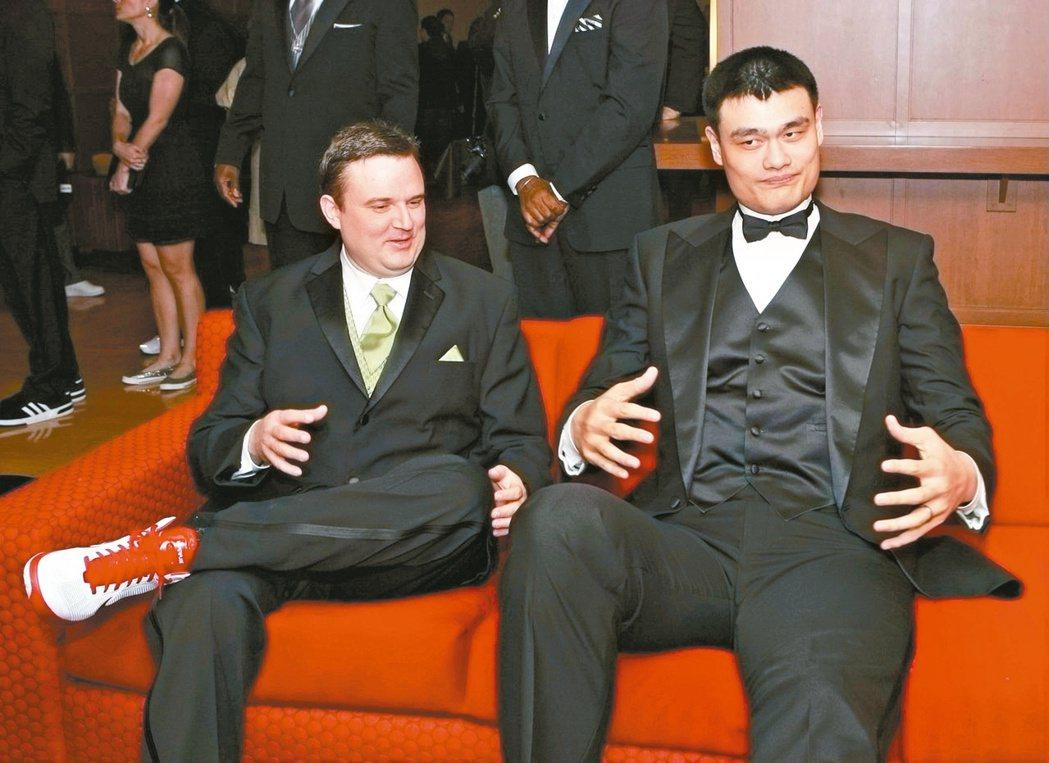 中國大陸球星姚明(右)效力火箭隊生涯的中後期,莫雷(左)成為球隊的總管。(新華社...