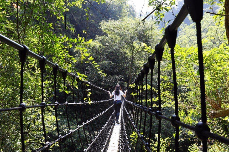 循著新開放的步道前往神山瀑布,沿途還有跨越峽谷的吊橋增添樂趣。