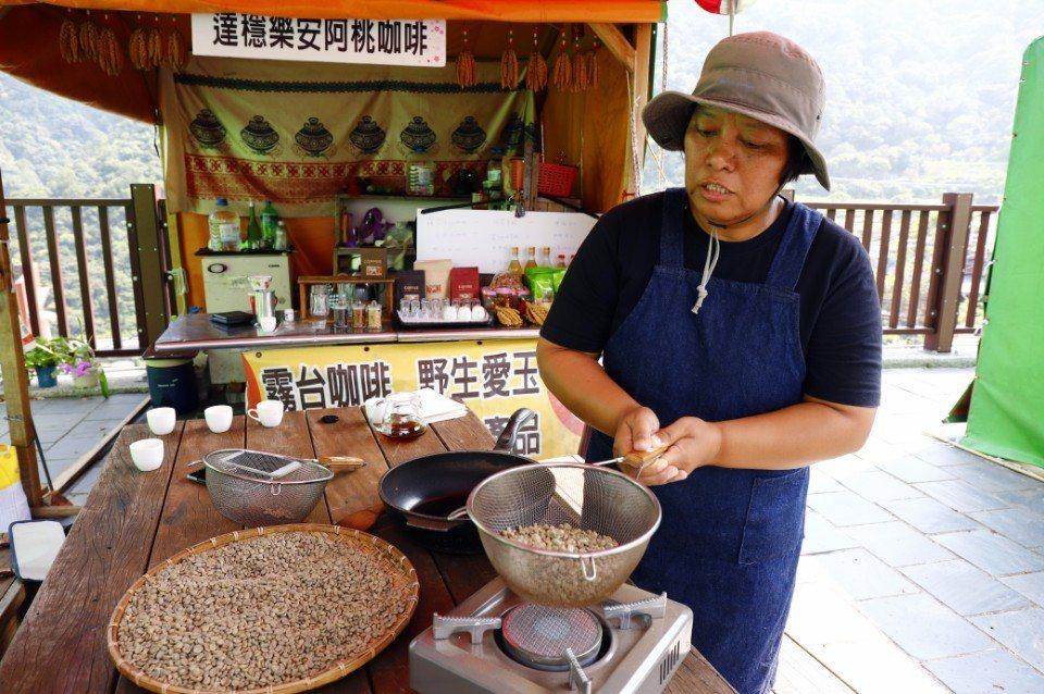 阿桃姊示範另一種以漏杓炒咖啡的方式。