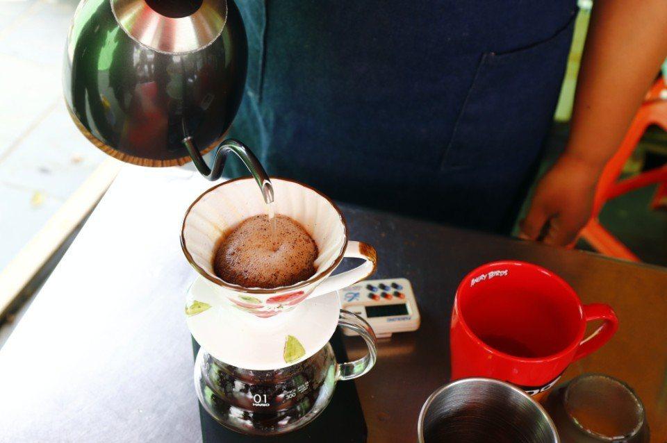 炒好的咖啡豆,現場就可磨粉享用。