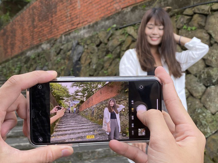 iPhone 11系列搭載了新一代SmartHDR,光線、散景效果更自然細緻。記...