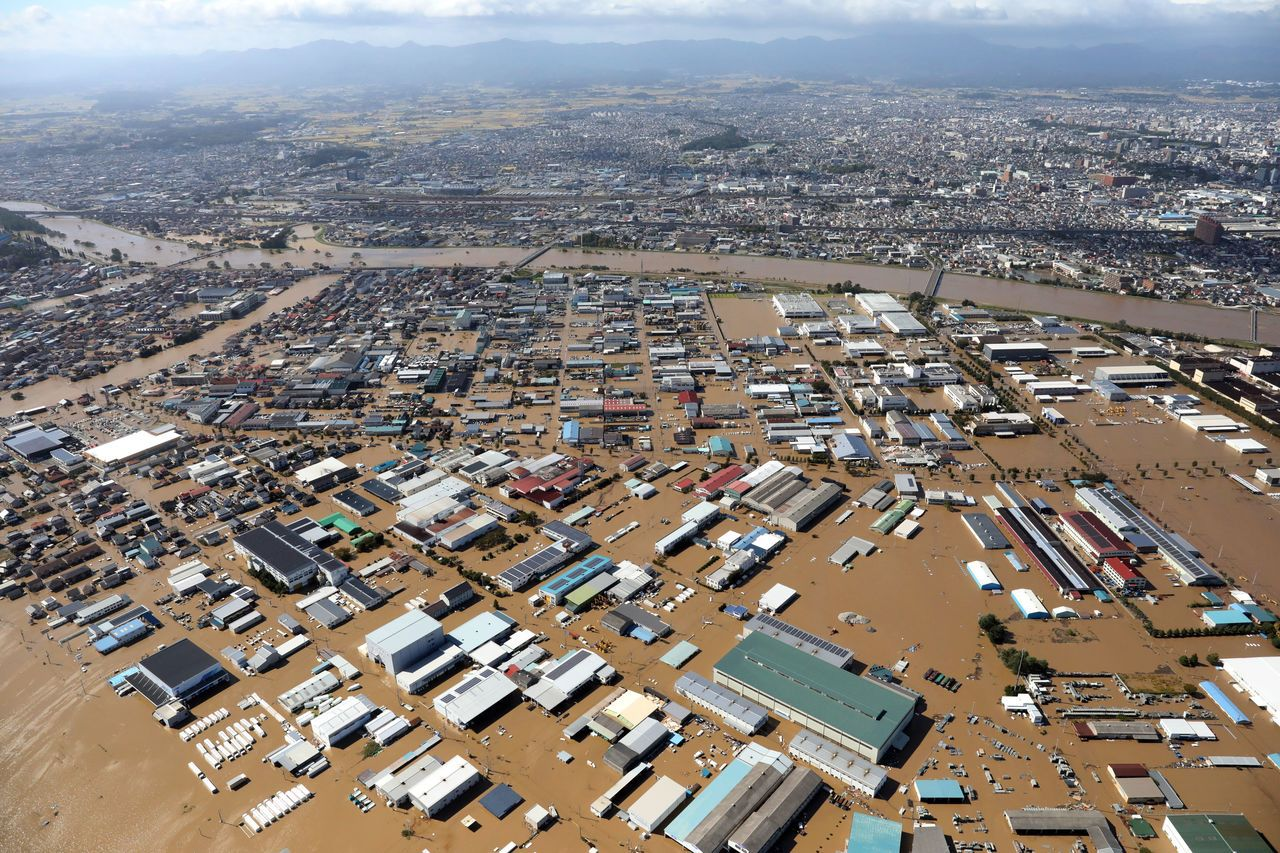 哈吉貝颱風挾帶大量雨量,日本福島縣郡山市積水成災。歐新社