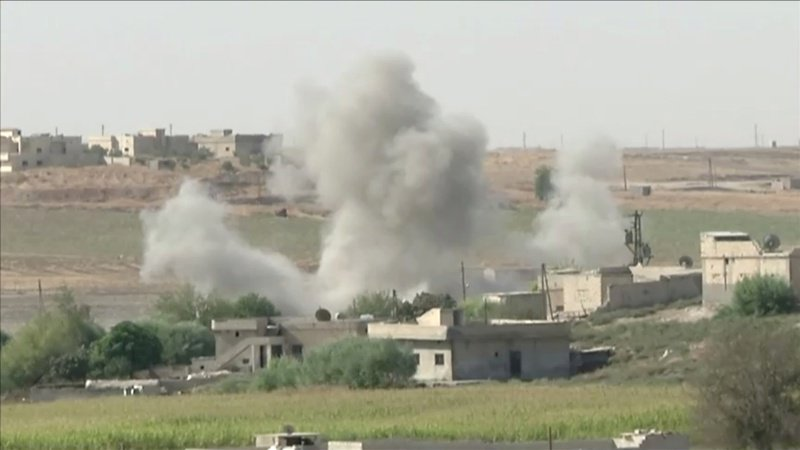 敘利亞政府軍向北移防,以抵禦土耳其出兵敘國北境、想肅清庫德族的軍事行動。圖為敘利亞邊境城鎮特爾阿布雅德的建築在敘利亞出兵攻擊時發生爆炸。路透