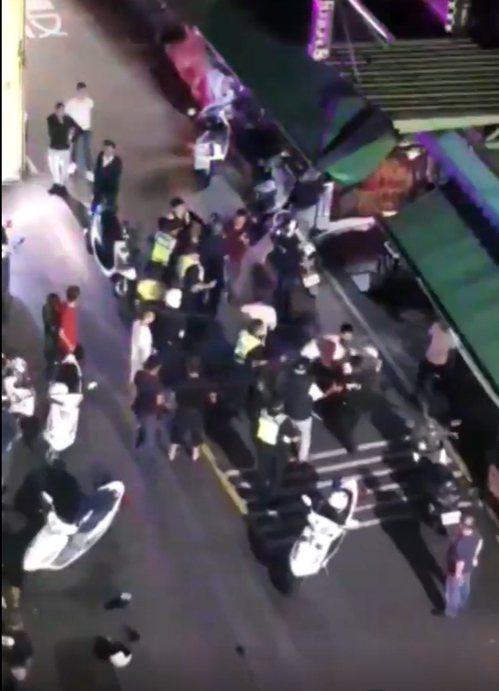 酒客在茶室店外推擠打架,快打警力獲報出動,強制逮捕5人帶回偵詢。圖/翻攝臉書細說...