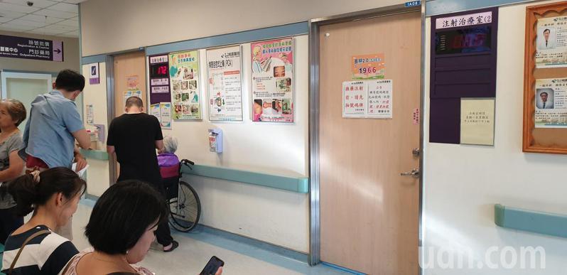王先生投訴到注射室打針要等一個半小時,院方說明原因並表示雖然只有一間亮燈號,但是兩間都有使用。記者鄭國樑/攝影