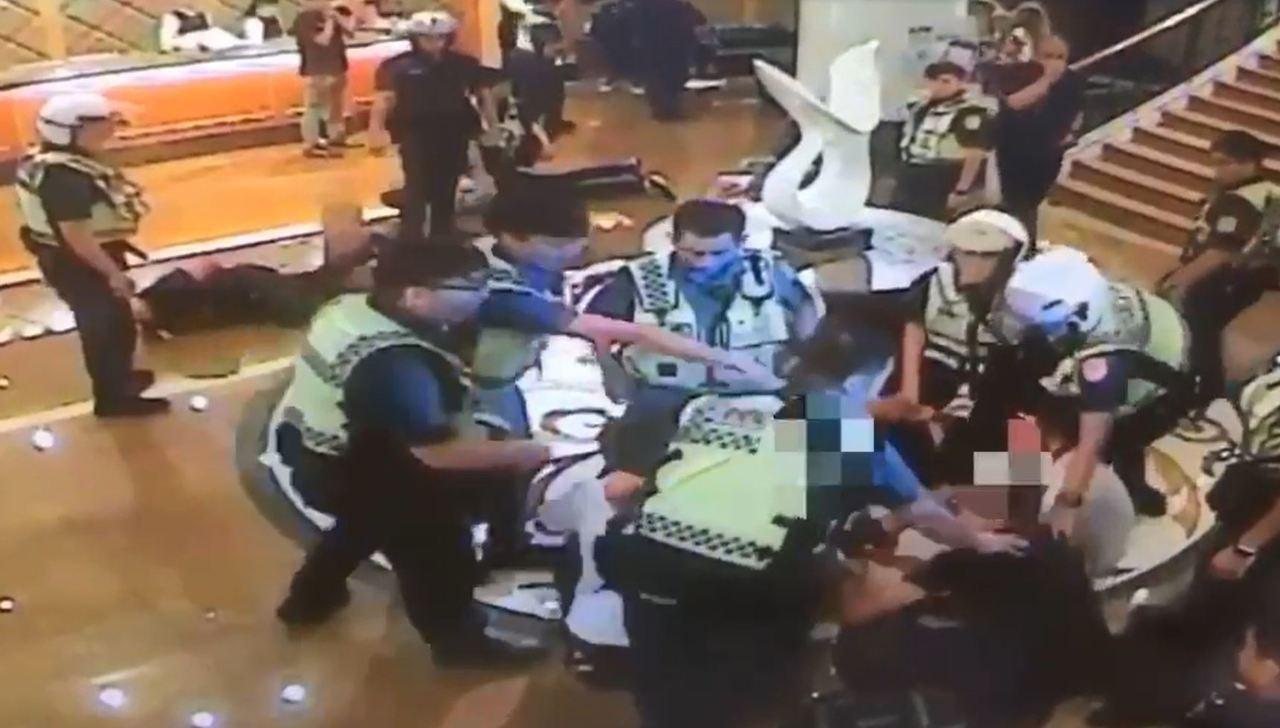 警方出動快打部隊抵達KTV,制伏鬧事民眾。記者柯毓庭/翻攝
