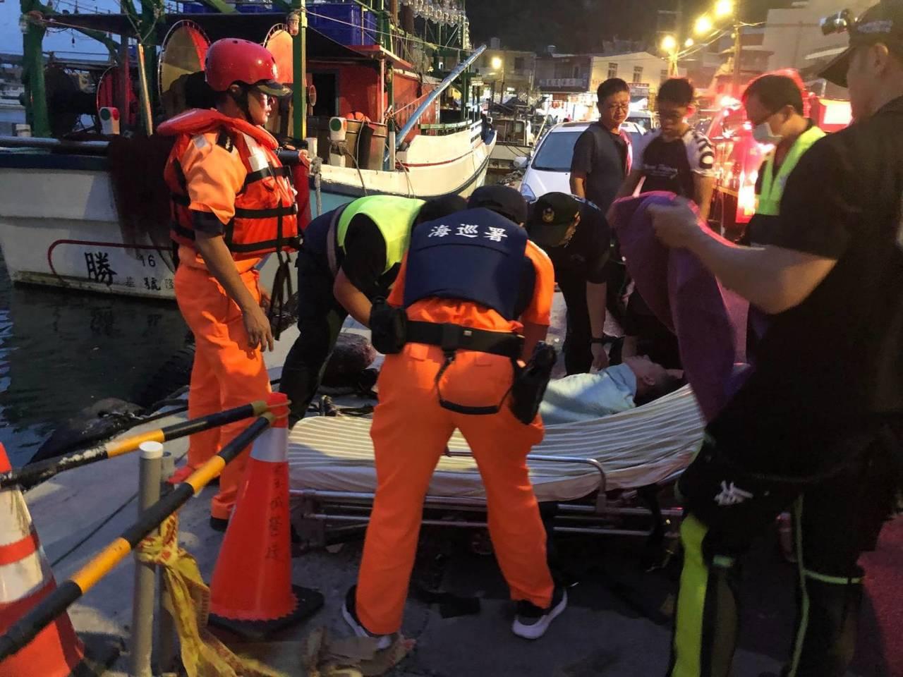 鼻頭角祕境昨天有兩人被浪打落海,造成一死一傷。圖/岸巡二大隊提供