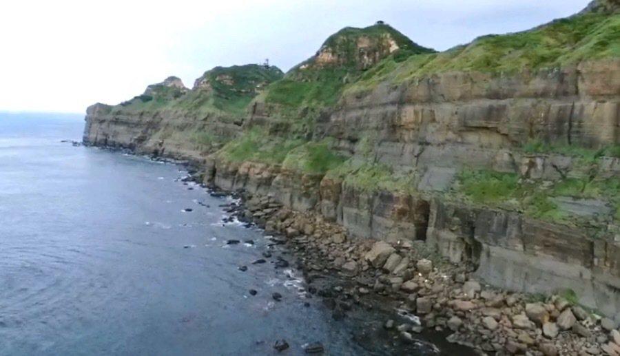 鼻頭角祕境要沿著海岸線走,走到沒路要上切的地方,也是最靠近海浪打上來的地方。圖/...