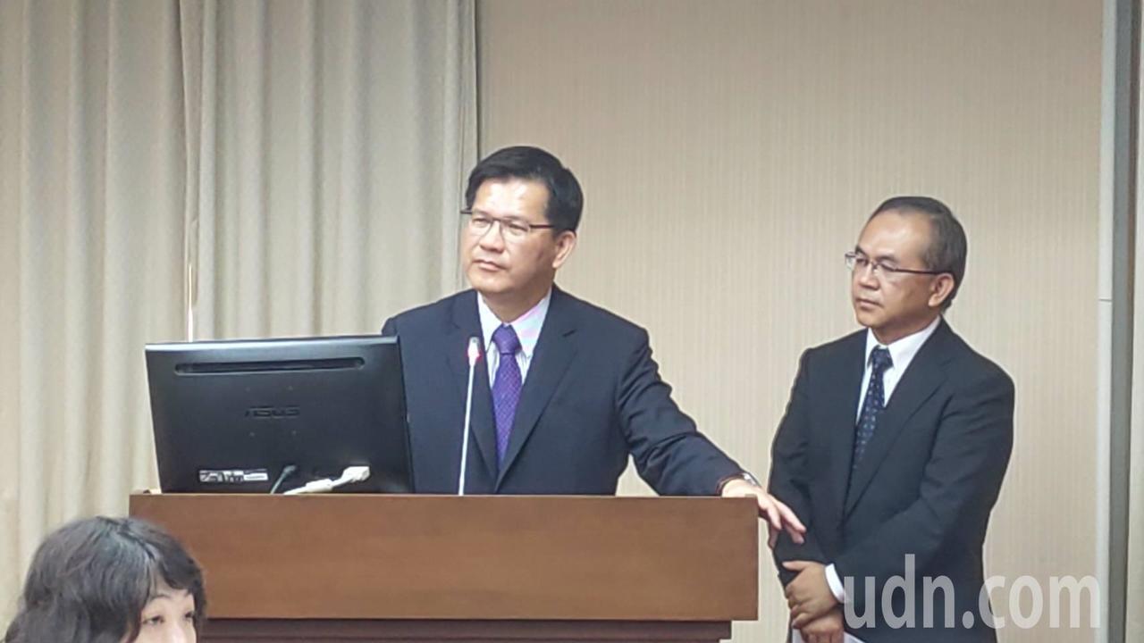 交通部長林佳龍(左)、公路總局長陳彥伯(右)今天至立法院交通委員會接受備詢。記者...