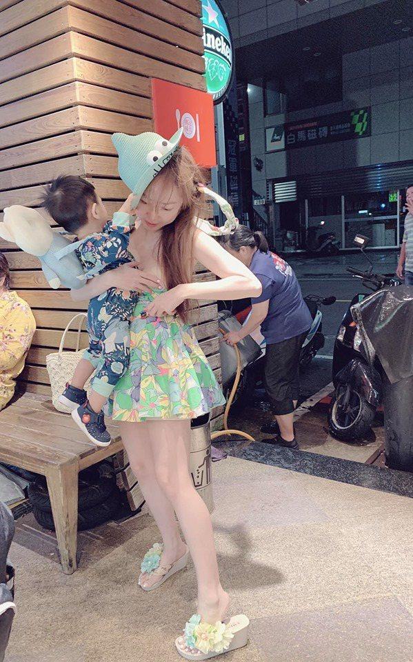 T妹的平口洋裝被兒子扯下來。圖/摘自臉書