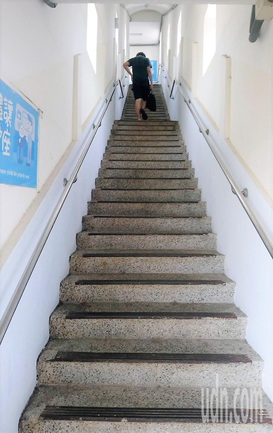 嘉義縣水上火車站,因南下月台缺少電梯、無障礙坡道,南下搭車旅客只能爬陡梯天橋。記...