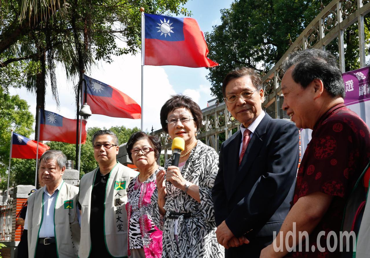 喜樂島聯盟支持的正副總統參選人呂秀蓮(右三)及彭百顯(右二)上午在立法院大門舉行...
