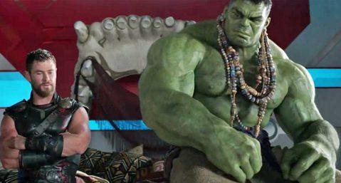 電影「雷神索爾3:諸神黃昏」將雷神索爾、綠巨人浩克等角色徹底成為搞笑角,電影風格幽默,一改前兩集的宮廷古典風,結果大受歡迎,評價與票房都是三集之最,導演塔伊加維迪提也被獲選繼續執導「雷神索爾4」,找...