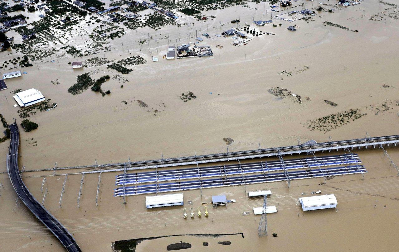 在JR長野新幹線車輛中心的北陸新幹線10個編組(列)成泡水車,損失慘重。美聯社
