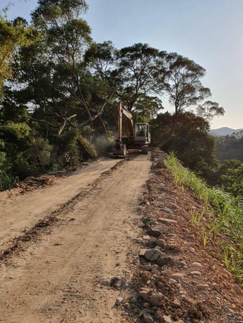新竹縣新埔鎮清水里汶水坑產業道路發現有曳引車出入,該道路狹窄、人煙罕至,大型車經...