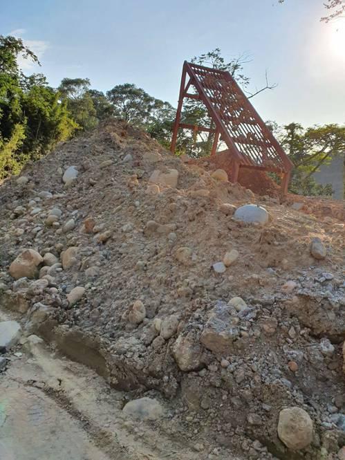 警方發現其填谷造地範圍竟有1千多噸,約新埔分局廳舍面積10倍多,相當誇張。圖/警...