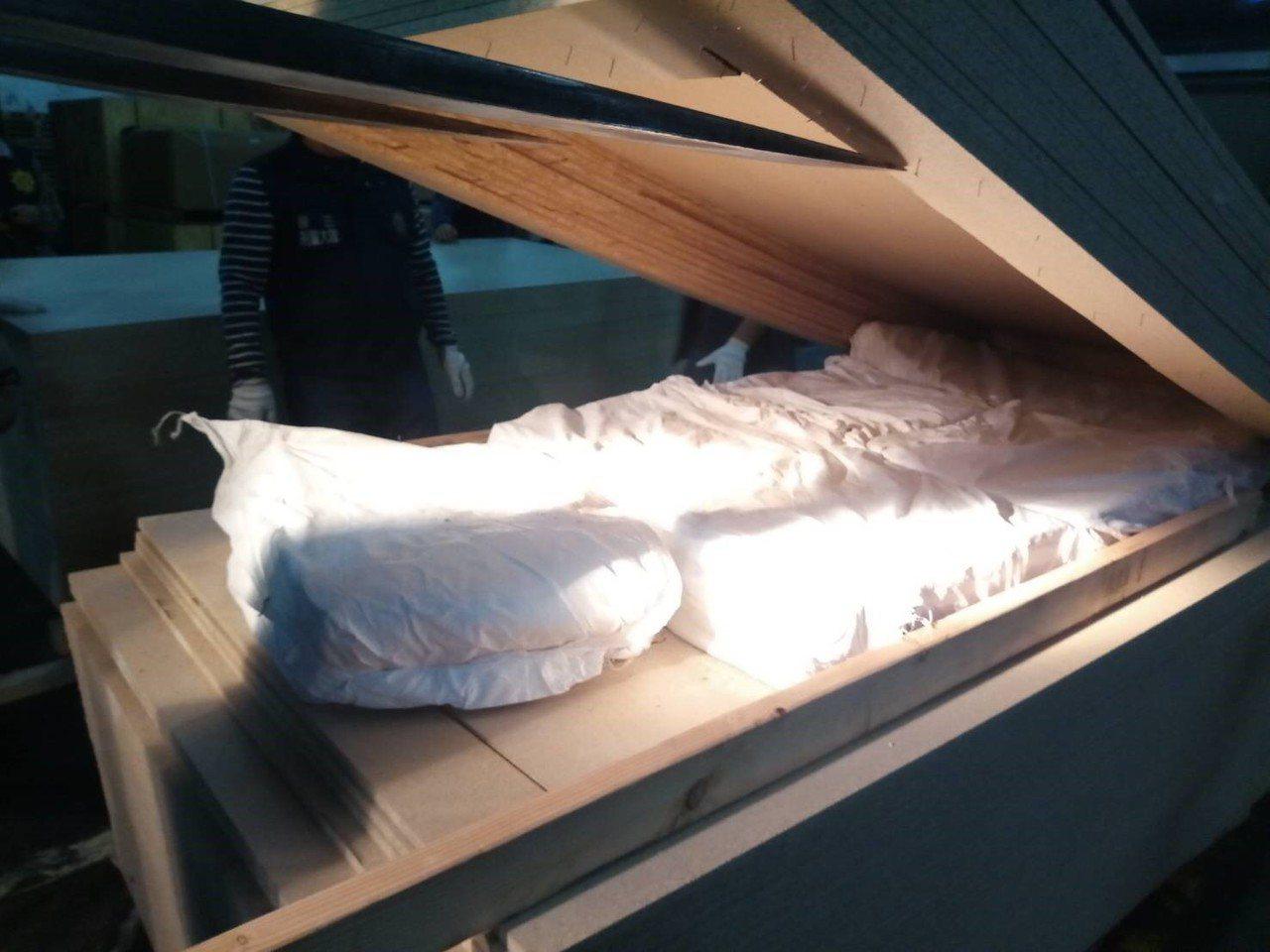 不法集團將毒品夾藏在木材合板。圖/橋頭地檢署提供