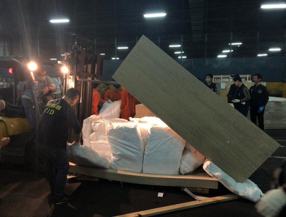 橋頭地檢署今年初指揮偵破貨櫃夾藏1.5公噸毒品。圖/橋頭地檢署提供