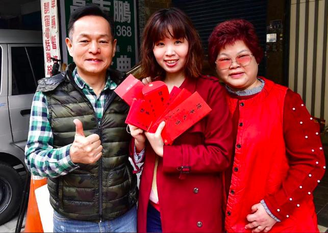 民進黨籍新北市議員李余典(左)女兒李旻蔚(中)將代表民眾黨投入選舉。圖/翻攝自李...