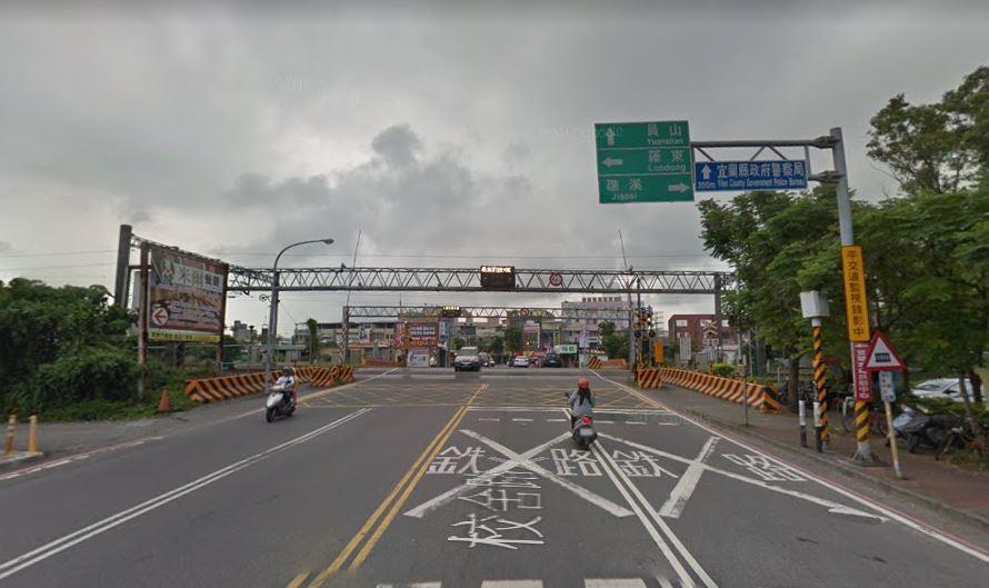 新北一名陳姓小貨車駕駛因為闖越平交道,被裁罰74500元並吊扣駕照12個月。事後...