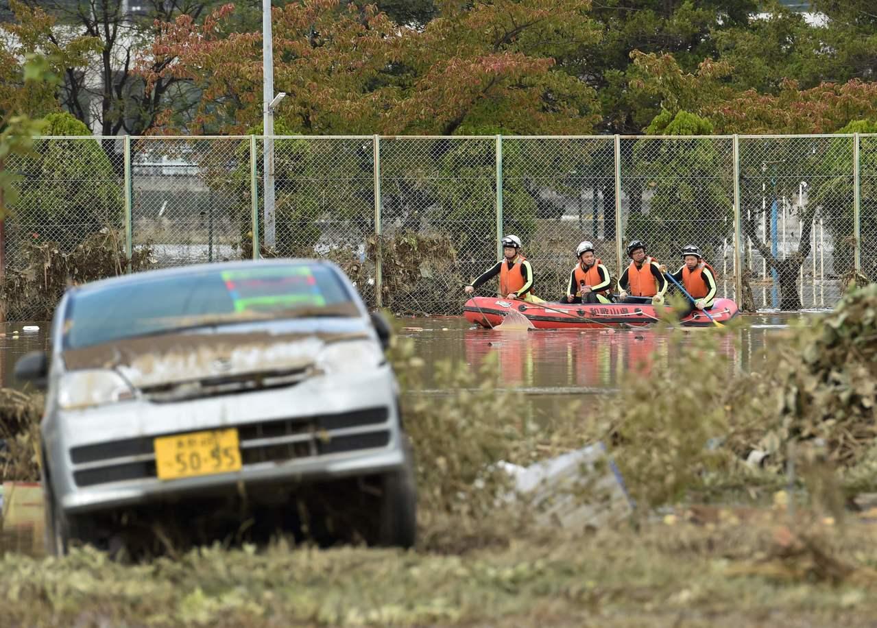 哈吉貝颱風重創日本,豪雨沖毀道路,12日相模原市一家四口疑似連人帶車摔落河裡,日...