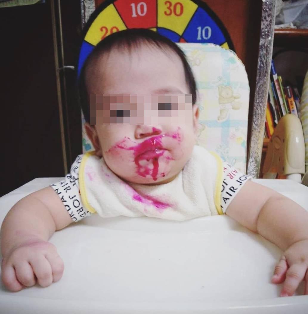 梁敏婷曝雙胞胎兒滿嘴紅的照片。圖/截圖自IG,後製處理