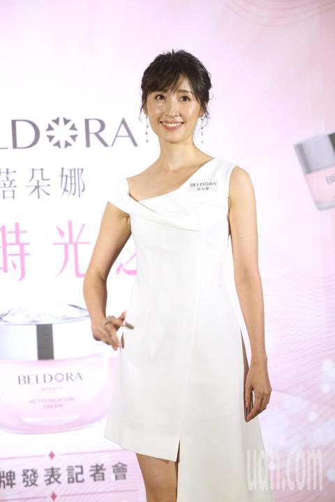 田中千繪今天出席「蓓朵娜未來時光之旅 品牌發表記者會」,她說自己的美麗哲學就像一朵美麗的紅玫瑰,幽雅而尊貴,熱情又大器。