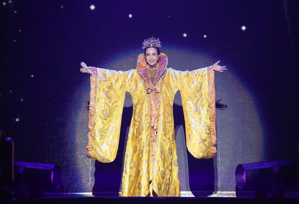 莫文蔚以金黃色藏袍霸氣揭開演唱會序幕。圖/莫家寶貝工作室提供